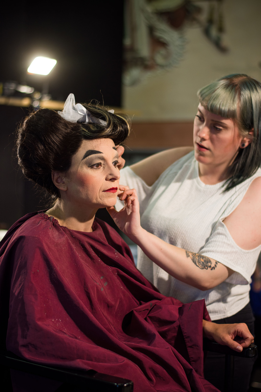 Eine Schauspielerin wird geschminkt